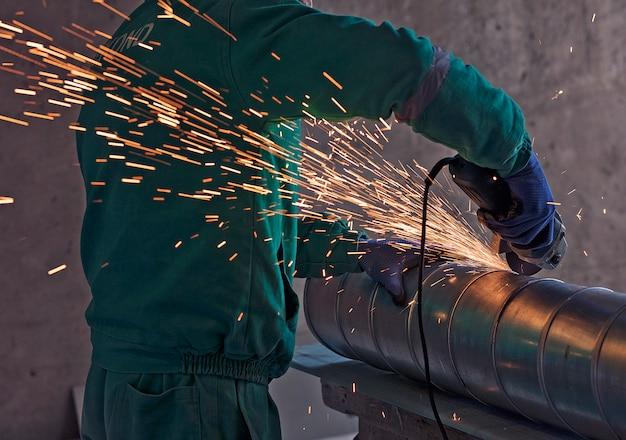 Soudage à l'arc d'un acier sur un chantier de construction Photo gratuit