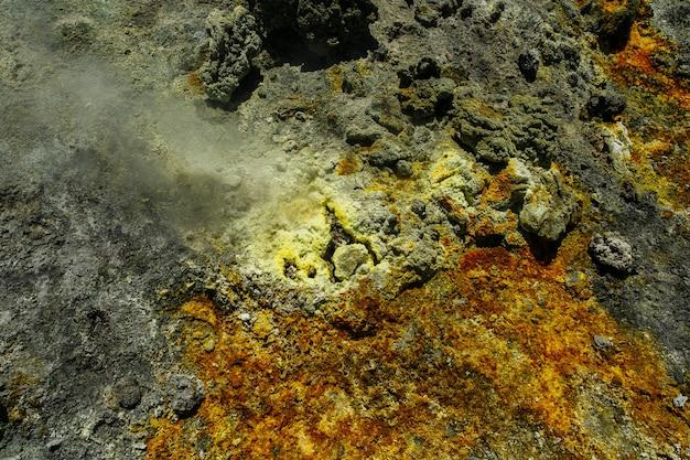 Soufre et vapeur du volcan Photo gratuit