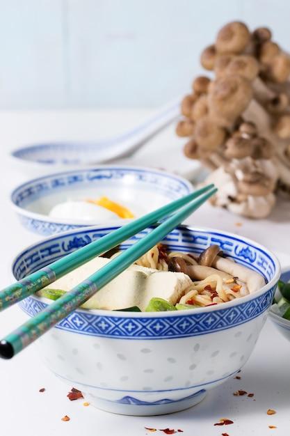 Soupe asiatique ramen à la feta Photo Premium