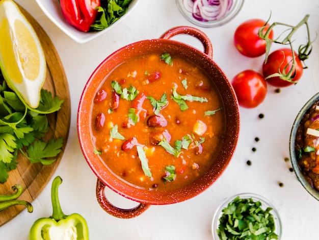Soupe au chili dans un pot en céramique Photo gratuit