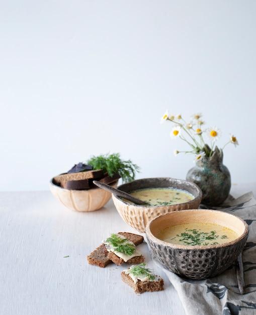 Soupe Au Fromage Aux Champignons Et Légumes, Pain Brun Au Beurre, Aneth Et Basilic Sur Un Fond En Bois Blanc Photo Premium