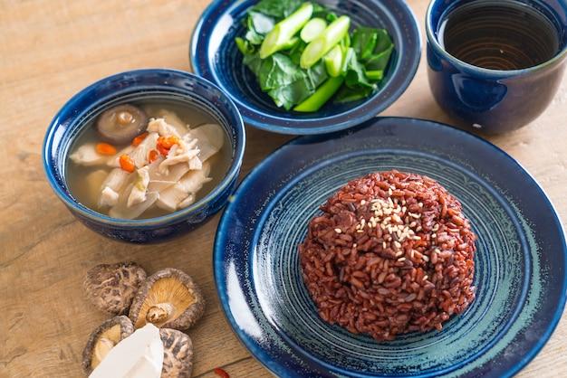 Soupe au poulet et aux herbes, chou chinois avec riz aux baies Photo Premium
