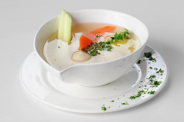 Soupe Aux Boulettes De Dinde, Pommes De Terre Et Légumes. Photo Premium