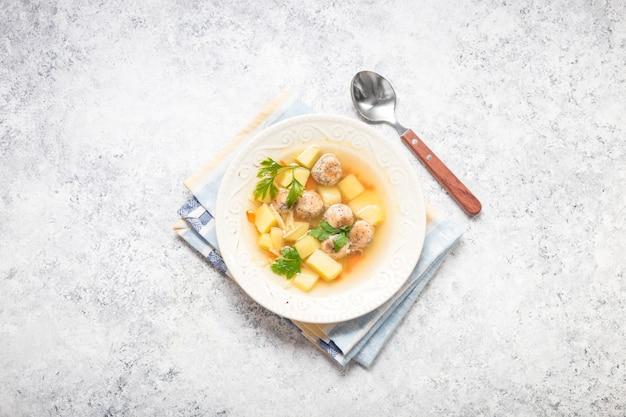 Soupe aux boulettes de poulet Photo Premium