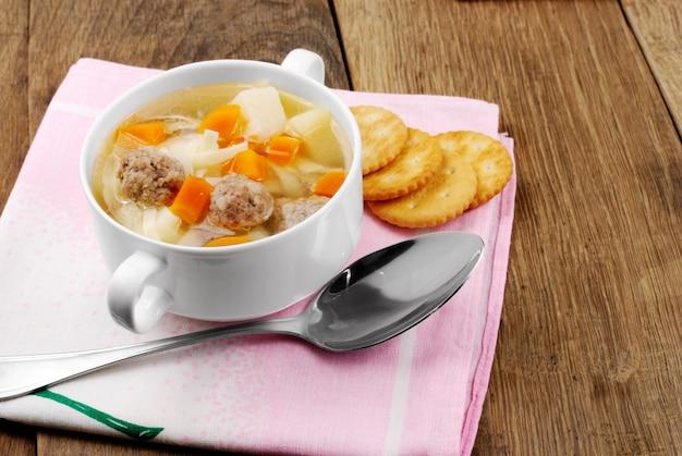 Soupe Aux Boulettes De Viande Sur La Table De La Cuisine Photo Premium