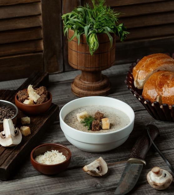 Soupe aux champignons avec craquelins blancs et bruns Photo gratuit