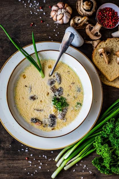 Soupe Aux Champignons à La Crème Sure Photo Premium