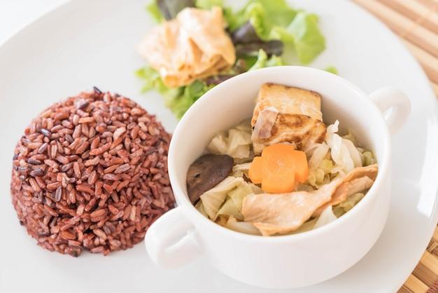 Soupe au poulet et aux herbes, chou chinois avec du riz aux baies.
