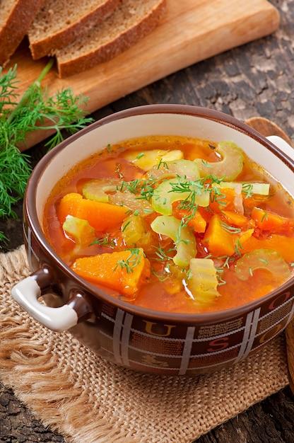 Soupe Aux Légumes Sur L'ancienne Surface En Bois Photo Premium
