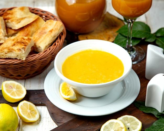 Soupe Aux Lentilles Dans Un Bol Blanc Et Une Tranche De Citron Photo gratuit