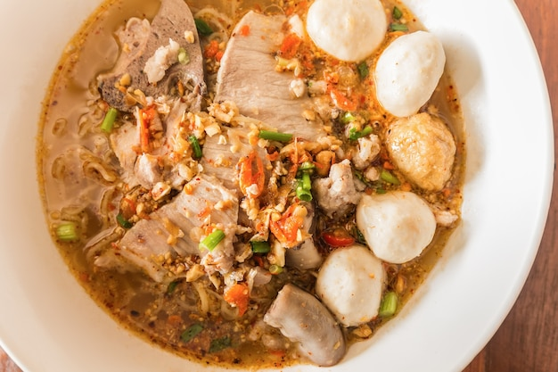 Soupe Aux Nouilles Thaïlandaises, Tom Yum, Thai Food Photo Premium