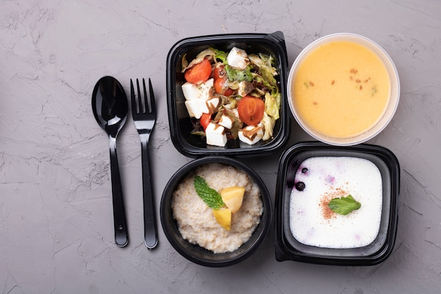Soupe Aux Pois, Porridge, Salade Et Fourchette Avec Une Cuillère Photo Premium