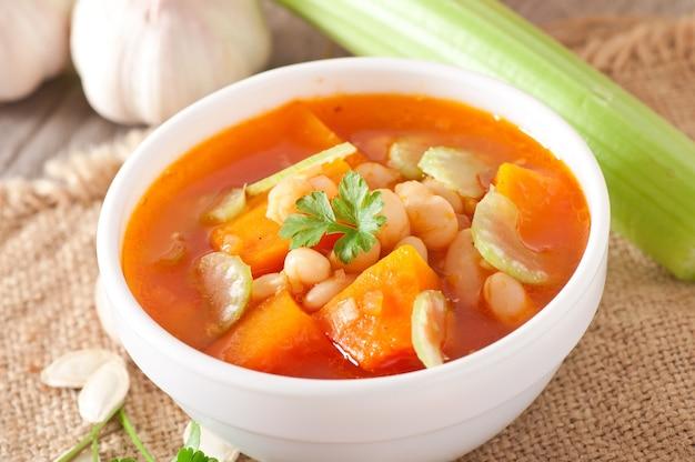 Soupe Aux Tomates Avec Citrouille, Haricots Et Céleri Photo gratuit