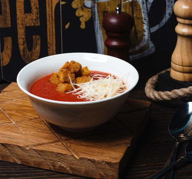 Soupe aux tomates avec craquelins et fromage râpé 1 Photo gratuit