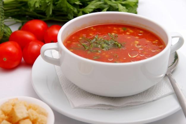 Soupe aux tomates avec des craquelins et des herbes Photo Premium