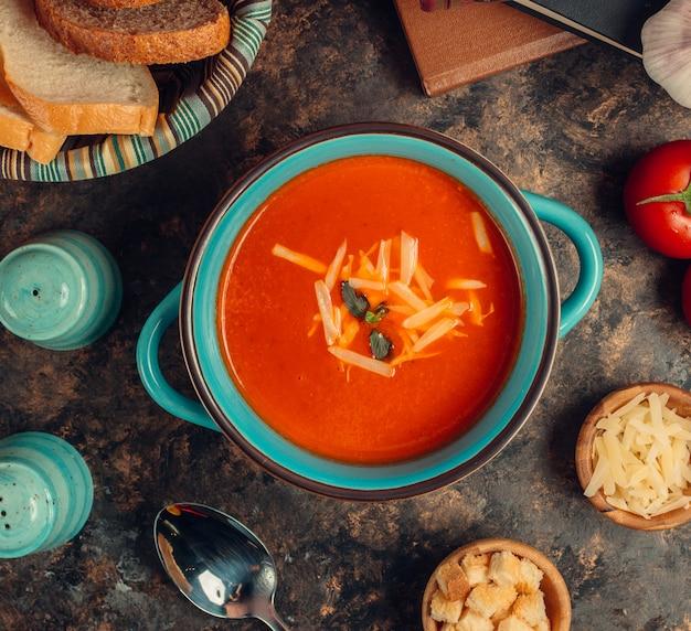 Soupe Aux Tomates Dans Un Bol Photo Premium