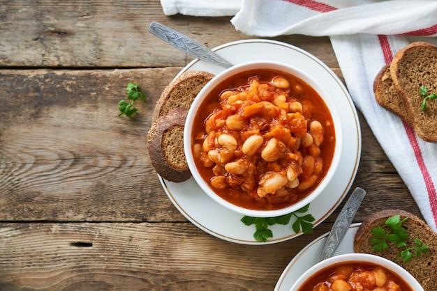 Soupe Aux Tomates épaisse Avec Haricots Blancs Et Légumes Dans Un Bol Photo Premium