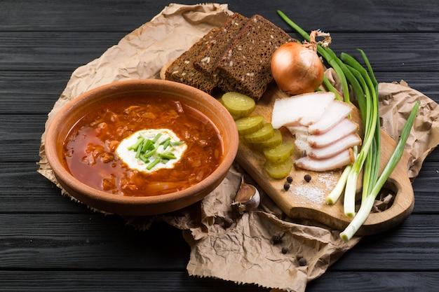 Soupe Borsch Sur La Table En Bois Sombre Photo Premium