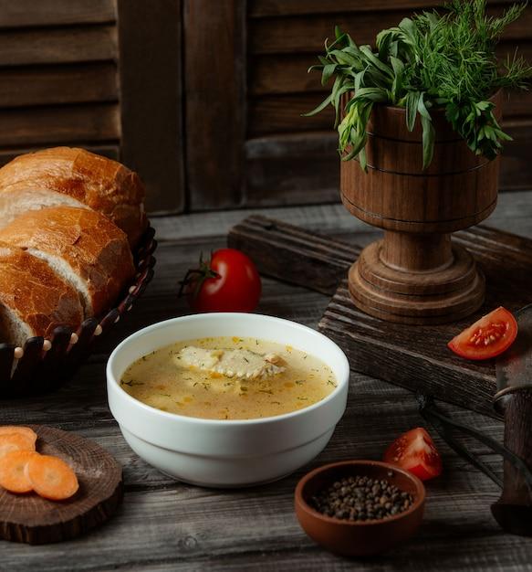 Soupe De Bouillon De Poulet Aux Herbes Et épices Photo gratuit