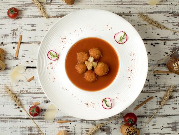 Soupe de boulettes de viande à la sauce tomate dans une assiette blanche. Photo gratuit