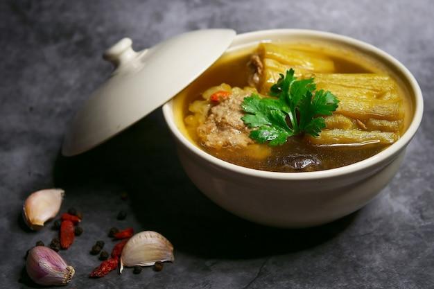 Soupe de courge amère au porc haché et aux champignons shiitake Photo Premium