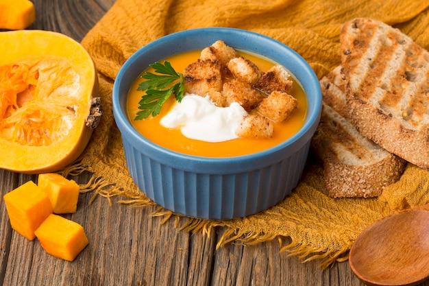 Soupe à La Courge D'hiver Avec Du Pain Grillé Et Des Croûtons Photo Premium