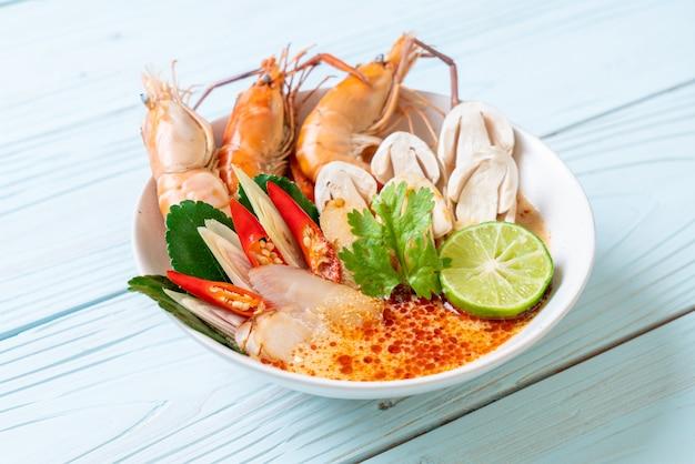 Soupe De Crevettes épicée (tom Yum Goong) Photo Premium