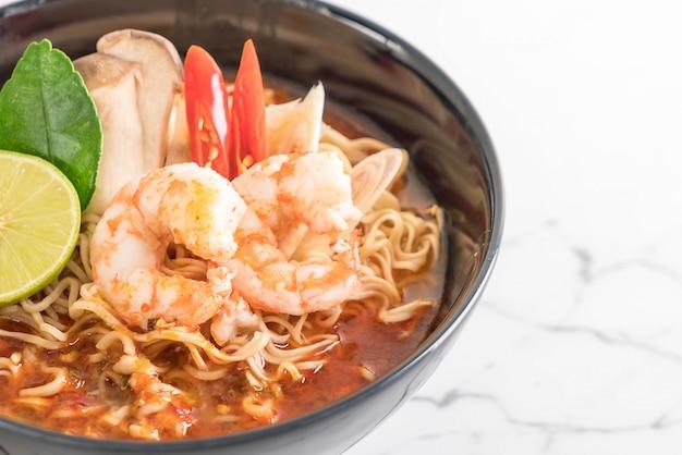 Soupe épicée aux nouilles instantanées aux crevettes Photo Premium