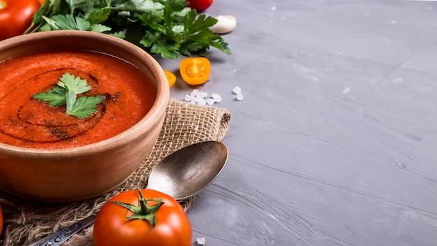 Soupe froide au gazpacho d'été Photo Premium