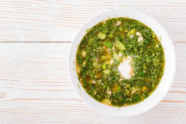 Soupe froide aux légumes et herbes garnie de pain kvass Photo Premium
