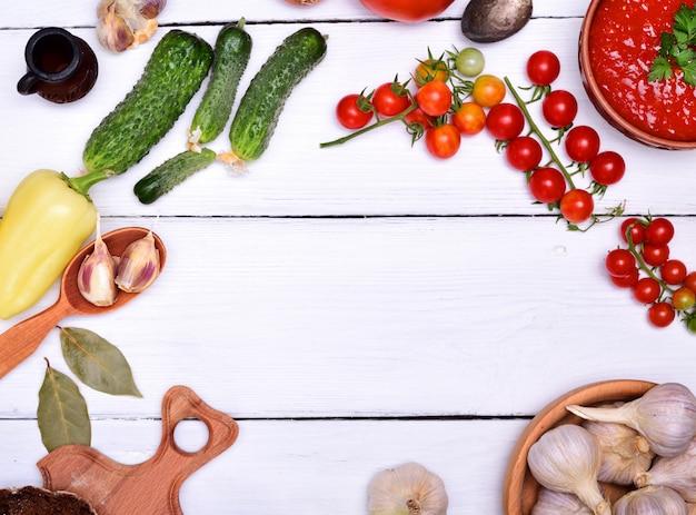 Soupe de gaspacho de tomates rouges fraîches Photo Premium