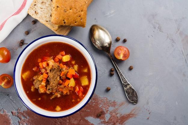 Soupe hongroise traditionnelle à la goulache Photo Premium