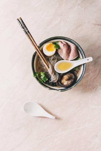 Soupe japonaise aux nouilles Photo Premium