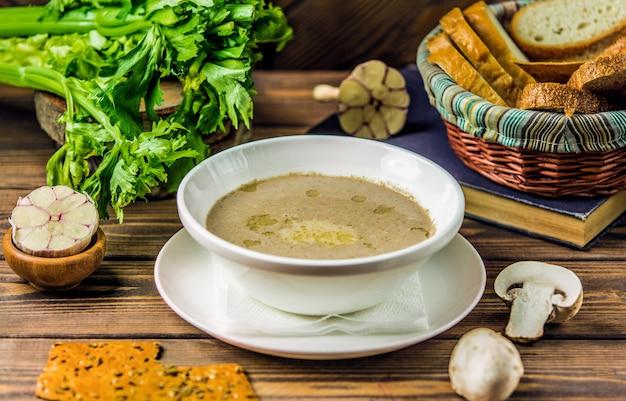 Soupe lactée crémeuse aux champignons servie avec des craquelins Photo gratuit