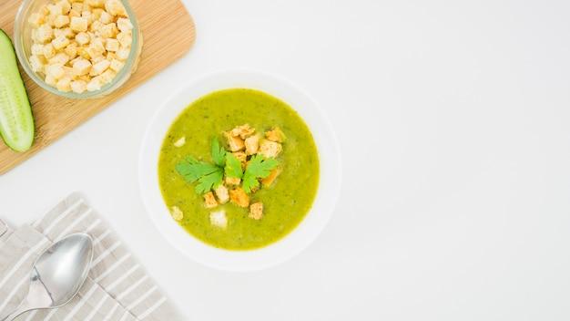 Soupe de légumes à la chapelure et au persil Photo gratuit