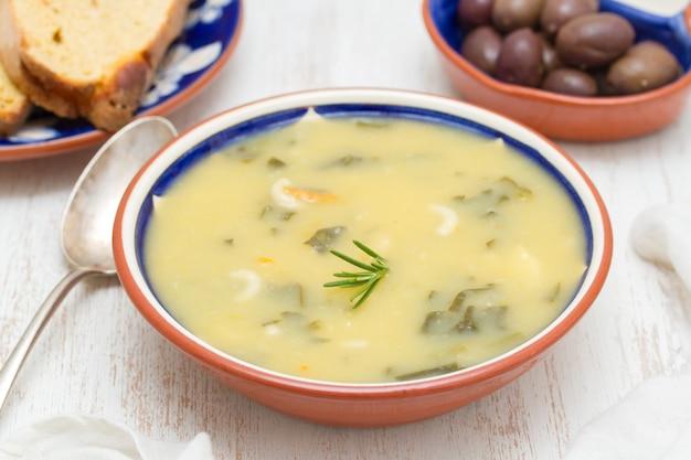 Soupe De Légumes Dans Un Bol Et Des Olives Avec Du Pain De Maïs Photo Premium