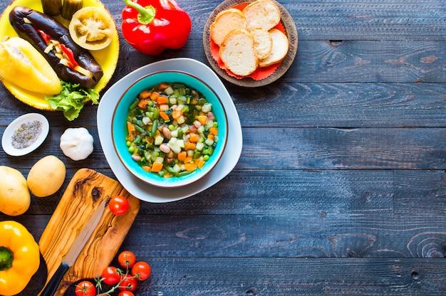 Soupe De Légumes Frais Faite à La Maison, Sur Une Table Rustique En Bois, Vue De Dessus Photo Premium