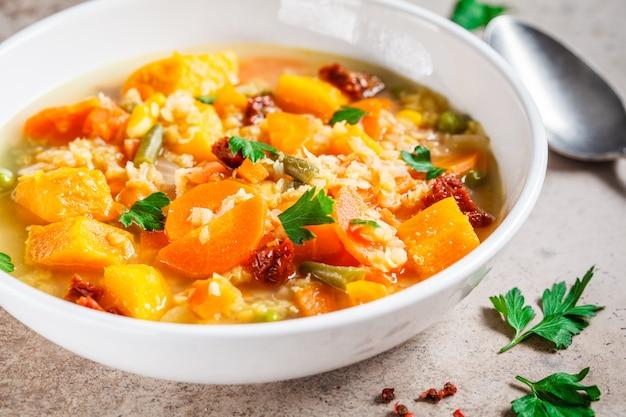Soupe De Légumes Végétarien Aux Lentilles Et Citrouille Dans Une Assiette Blanche. Concept De Nourriture Végétalienne Saine. Photo Premium