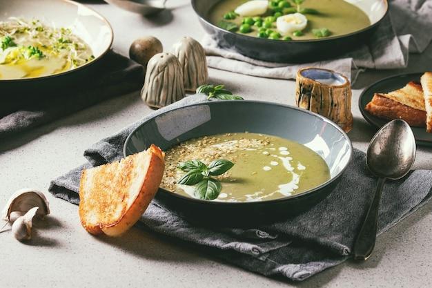Soupe de légumes verts Photo Premium