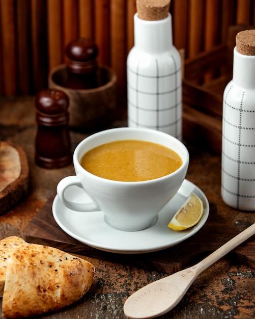 Soupe De Lentilles Avec Du Pain Sur La Table Photo gratuit