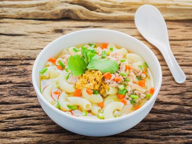 Soupe de macaronis sur fond en bois Photo gratuit