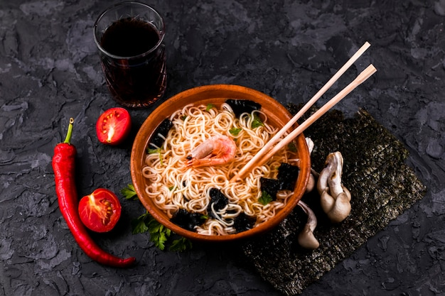 Soupe de nouilles aux fruits de mer Photo gratuit