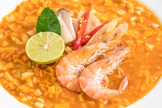 Soupe de nouilles épicées aux crevettes Photo Premium