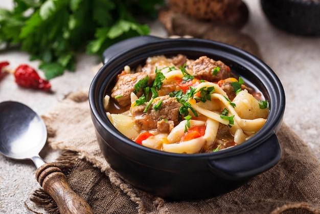 Soupe orientale ouzbek traditionnelle lagman Photo Premium