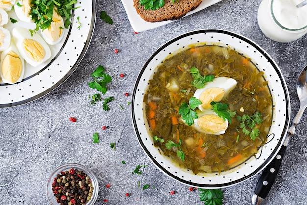 Soupe d'oseille verte aux œufs. menu d'été. la nourriture saine. lay plat. vue de dessus Photo Premium