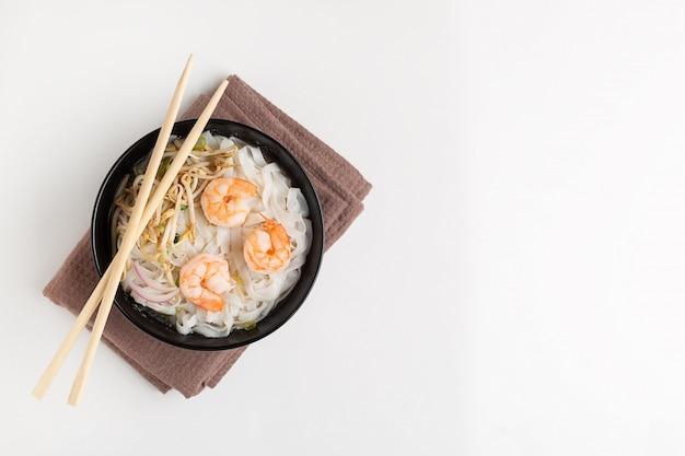 Soupe pho traditionnelle vietnamienne aux crevettes dans un bol noir Photo Premium