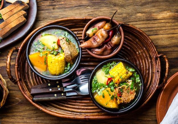 Soupe de porc chilienne traditionnelle cazuela. Photo Premium