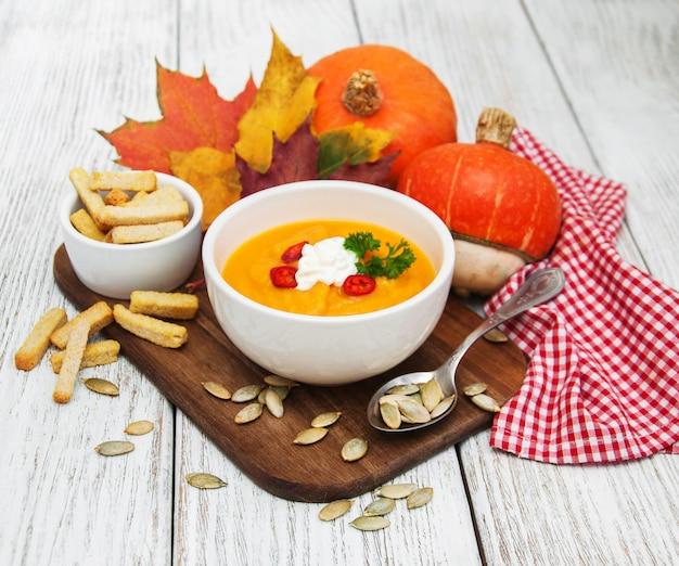 Soupe de potiron aux citrouilles fraîches Photo Premium