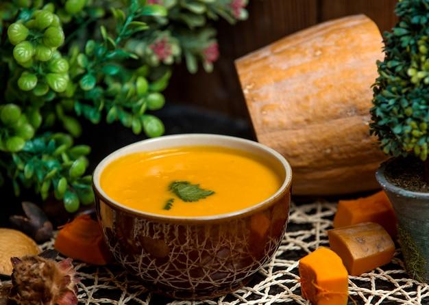 Soupe de potiron aux herbes Photo gratuit