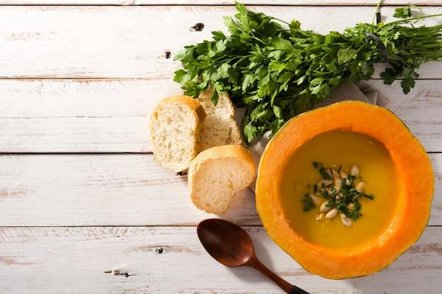 Soupe De Potiron Et Carotte Sur Une Table En Bois Blanche. Photo Premium